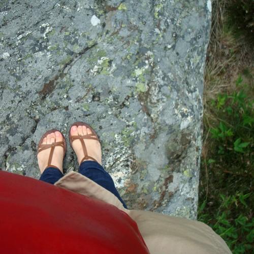 Pirms kāda laika kāds man jautāja: nu kas tas ir, kāpēc meitenes šādi te bildē savas kājas? Vai arī tikai acis? Vai ko tur vēl.. Nu kāpēc, kāpēc.. jaunas kurpes, jaunas skropstas.. meitenes, kāpēc?