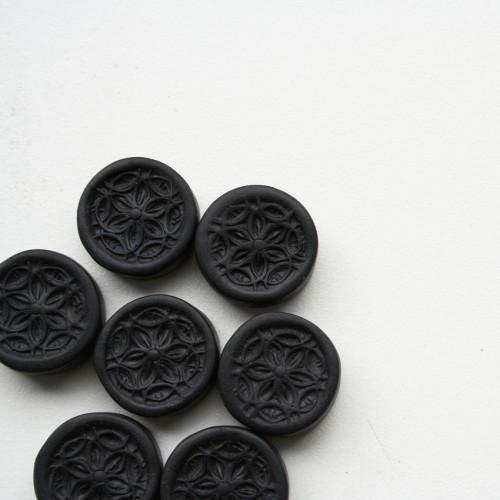 Pērles tapušas ar to pašu pašgatavoto zīmogu, kurš tika izmantots augusta mandalu ziloņa darināšanā.