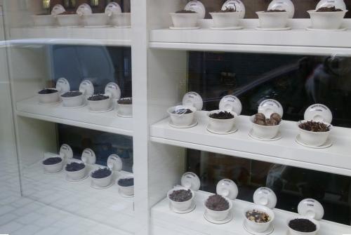 Tam visam pa vidu kāds tējas veikaliņš, kurā smaržoja labāk kā dažā labā parfimērijas veikalā.
