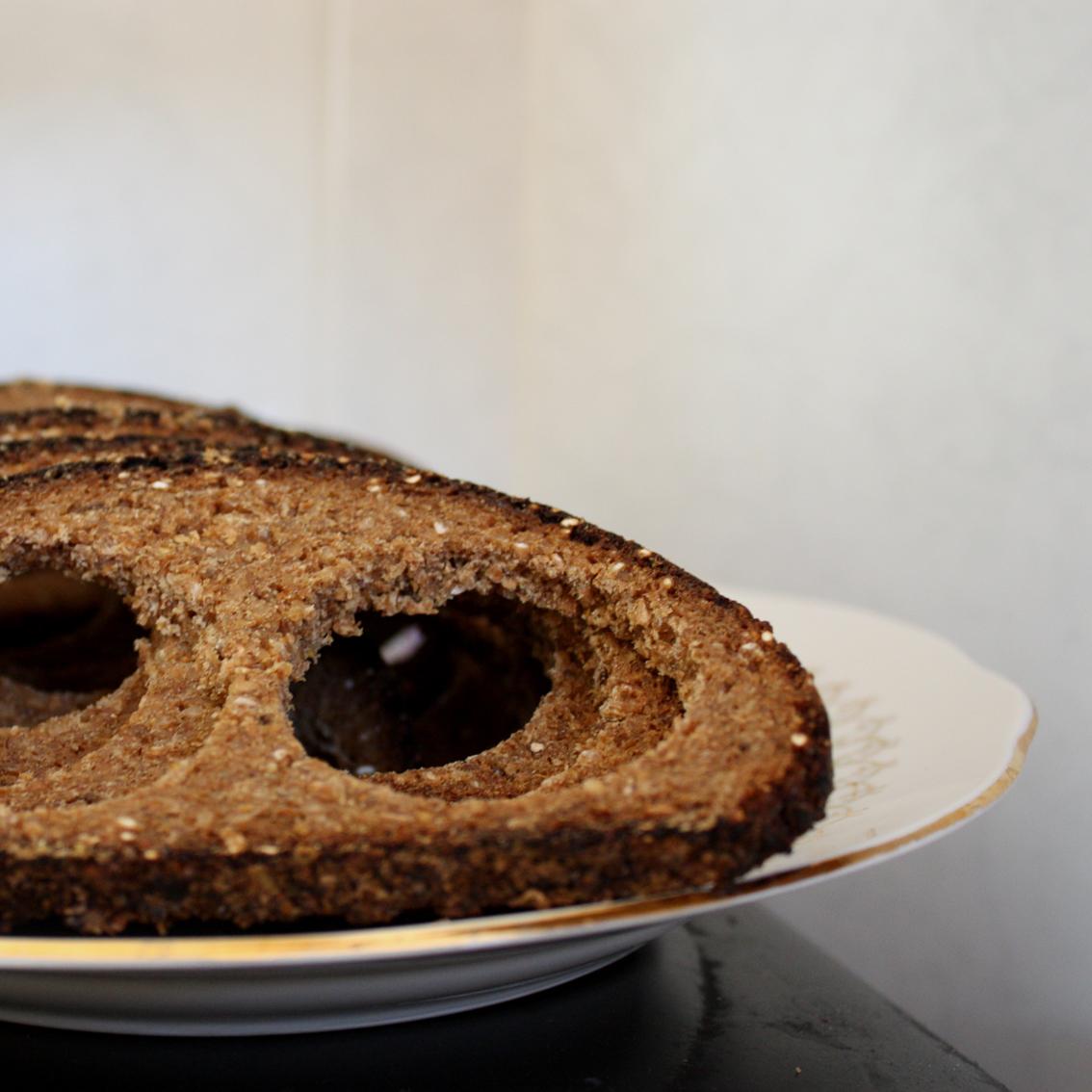 Ja nevar atturēties no formiņu izmantošanas, tad rezultātā tiek pie šādiem maizes šņukuriem. Ja izkaltē, varot taisīt maizes zupu.. bet viņai neko nemāk, vai ne?