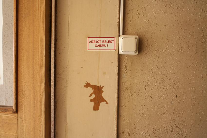 Viņiem pie ieejas savs pūķītis ar brīdinājumu.