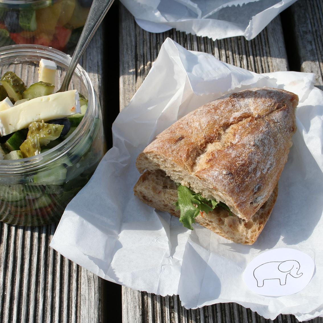 Pusdienās ciabatas maizīte ar zilo sieru, tomātiem un salātlapu, savukārt trauciņā tika izsniegti salāti ar dažādām labu labām sastāvdaļām.