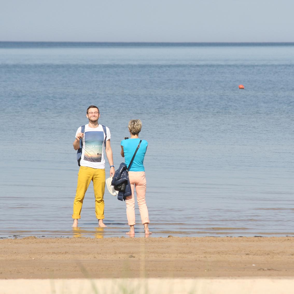 Vēl vieni vigrotāji ar telefonu. Skatos un domāju, kāpēc tas puisis brida jūrā, ja skaidri redzams, ka bildē viņš maksimāli līdz viduklim ietrāpa.