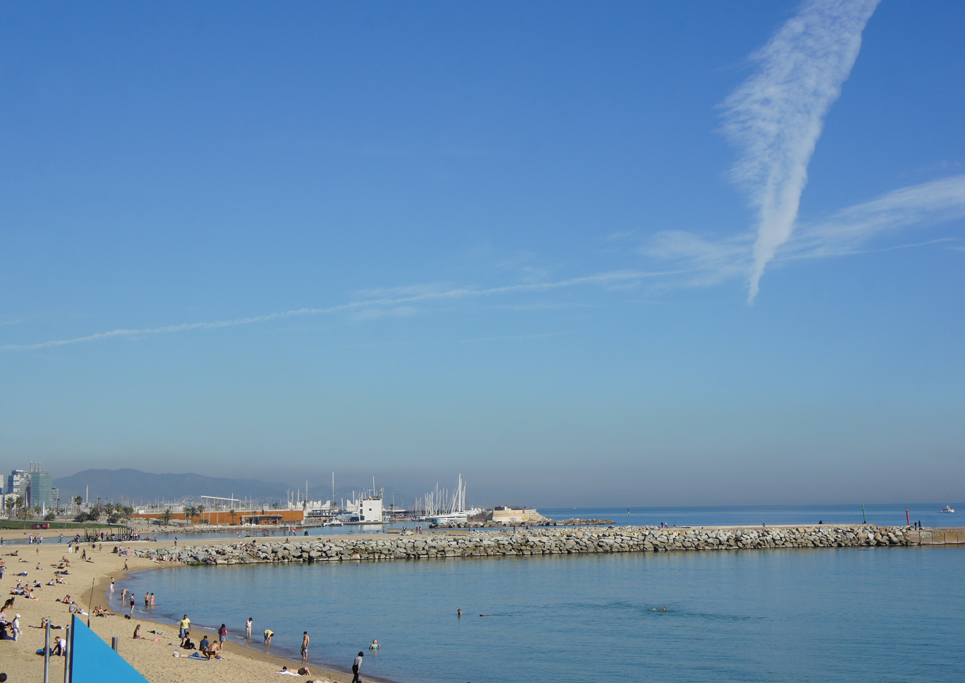 Kamēr Rīgā kāds tinas šallē, Barselonas omes laiski izguļas pilsētas pludmalē kailām krūtiņām. Vēsi.