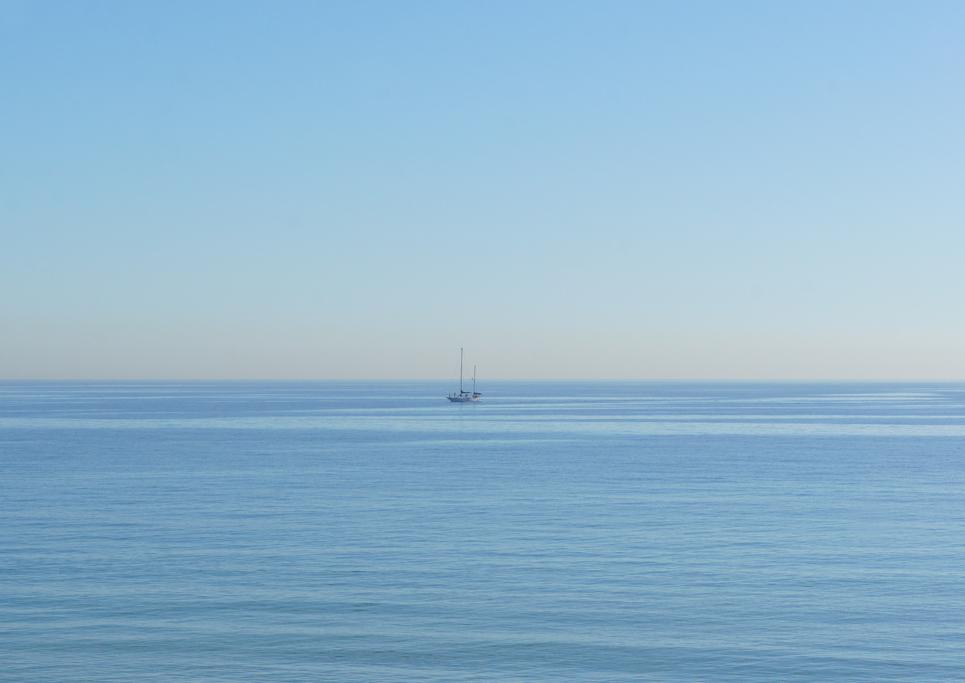 Tā kā blakus ir gan jahtu piestātne, gan olimpiskā osta, šādi aizslīd neviens vien kuģītis.
