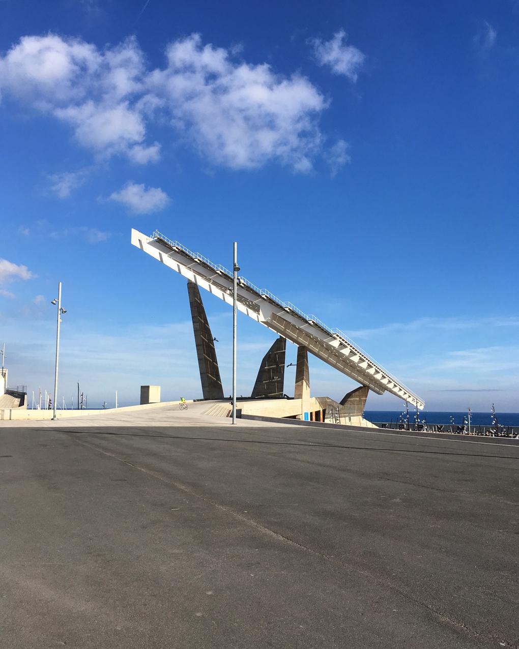 MILZĪGS 1,700 m² saules enerģijas panelis, kas esot kļuvis par vides aizsargāšanas apņemšanās apliecinājumu / simbolu.